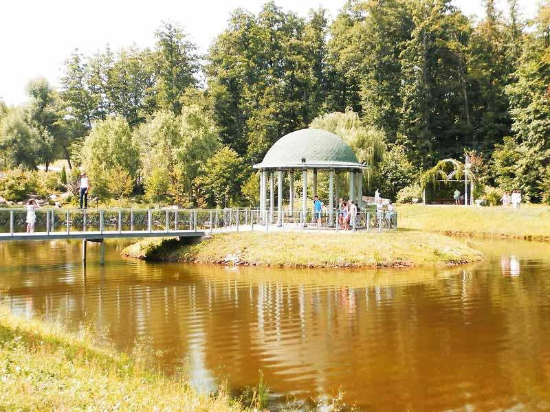 альтанка на озері у парку Феофанія